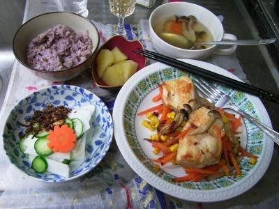 R0029610夜-チキンソテーミックス野菜添え、蕪とキュウリのサラダ、五穀米ご飯、シメジスープ、煮リンゴ_400.jpg