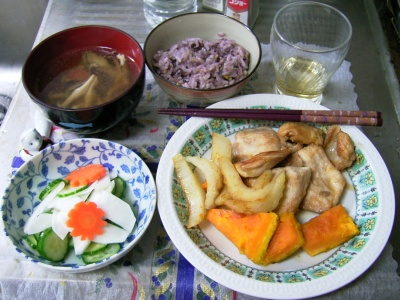 R0029616夜-和風チキンソテーカボチャとセロリ添え、蕪とキュウリのサラダ、五穀米ご飯、シメジスープ_400.jpg