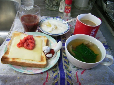 R0029621朝-明太チーズトースト、スープ、りんごヨーグルト、野菜ジュース_400.jpg