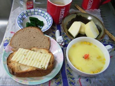 R0029632朝-チーズとパン、コーンスープ、リンゴ、ほうれん草、カフェオレ_400.jpg