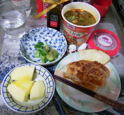 R0029739昼-スープ春雨担々麺風味、チーズパン、キュウリ酢の物、リンゴ_400.png