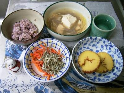R0029744夜-伊達巻き、暖か鍋、人参とジャコ、五穀米ご飯_400.jpg