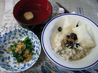 R0029748昼-黒豆かゆ、ほうれん草の胡麻よごし、お麩のおすまし_400.jpg