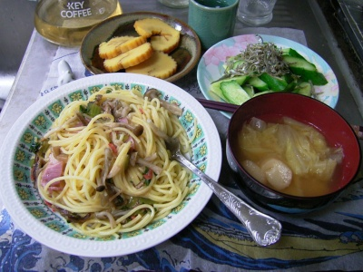 R0029759夜-きのこスパゲッティ、白菜のお味噌汁、伊達巻き、ジャコとキュウリのサラダ_400.jpg
