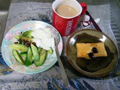 R0029762昼-黒豆チーズ餅、キュウリのヨーグルトサラダ、カフェオレ_400.jpg