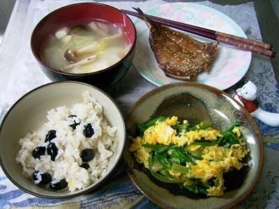 R0029773夜-黒豆ご飯、味のみりん干し、ほうれん草の卵ソテー、白菜とシメジスープ_400.jpg