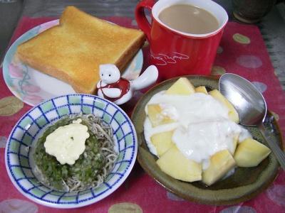 R0029872昼-トースト、刻み野菜とジャコのサラダ、りんごヨーグルト、狸の箸置き_400.jpg