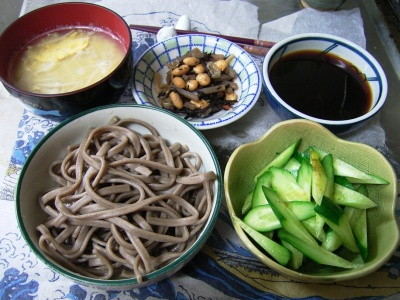 R0029874夜-噛む蕎麦、キュウリ、豆とヒジキの煮物、卵とエノキスープ_400.jpg