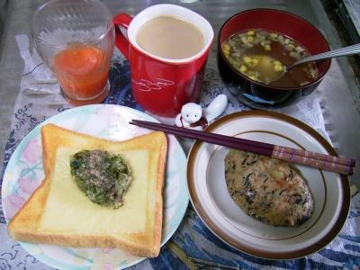 R0029891昼-豆腐ヒジキバーグ、ピリ辛コンソメ、チーズ刻み野菜のっけトースト、野菜ジュース、カフェオレ_400.jpg