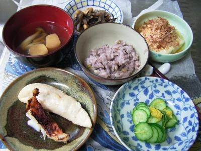R0029907夜-味噌漬け魚と鶏のささみ焼き、キュウリとほし菊の酢の物、湯豆腐、お吸い物、五穀舞ご飯_400.jpg