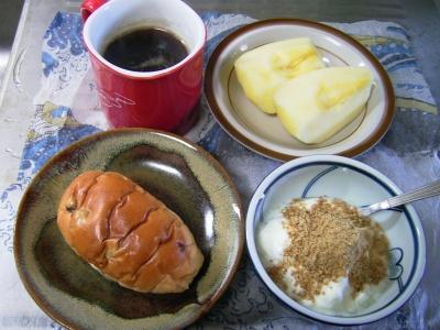 R0029945昼-葡萄パン、リンゴ、胡麻ヨーグルト、コーヒー_400.jpg