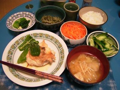 R0029949夜-チキンとピーマンソテー胡麻風味、キュウリ酢の物、人参きんぴら、エノキの味噌汁、刻み野菜のっけ冷や奴、小松菜、立山_400.jpg