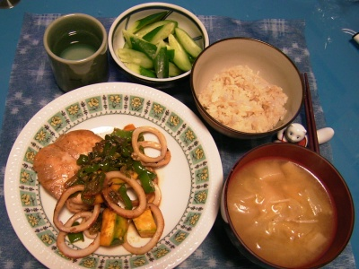 R0029952夜-チキンとイカのセロリ風味ソテー、麩とエノキの味噌汁、キュウリサラダ、ご飯_400.jpg