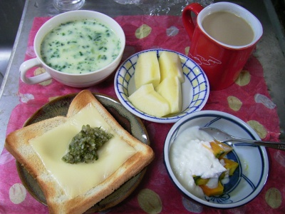 R0029953昼-チーズトースト、ほうれん草ポタージュ、カボチャヨーグルト、リンゴ、カフェオレ_400.jpg