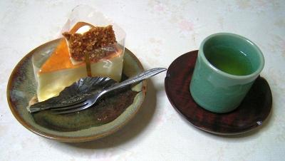 R0029962おやつ-チーズスフレ、お茶_400.jpg