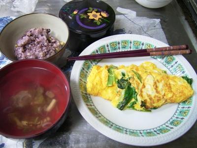 R0029966夜-小松菜オムレツ、五穀米ご飯、めかぶスープ、錦松梅_400.jpg