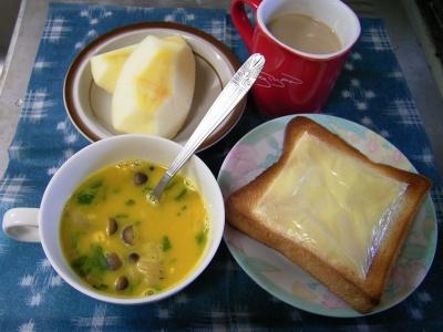R0029967朝-チーズトースト、シメジのパンプキンスープ、リンゴ、カフェオレ_400.jpg