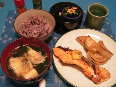 R0029976夜-鮭と大根のムニエル、お吸い物、五穀米ご飯、錦松梅_400.jpg