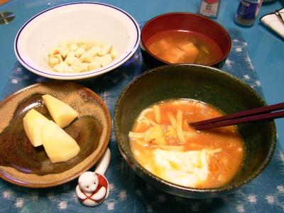 R0029981卵と白菜とエノキのジャージャー麺、お味噌汁、高野豆腐の酢の物、リンゴ_400.jpg