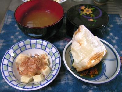 R0030030醤油餅、高野豆腐のおかか合え、もずくの味噌汁_400.jpg