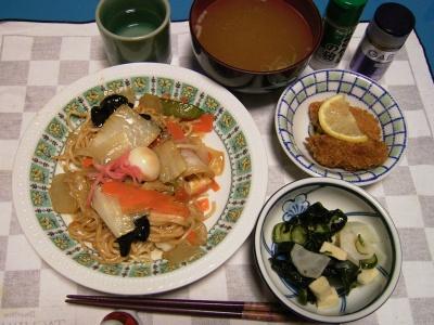 R0030038焼きそば、牡蠣フライ、キュウリの酢の物、お味噌汁_400.jpg