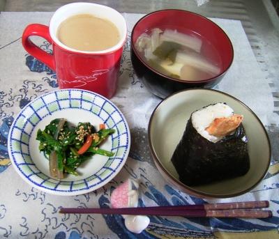 R0030048昼-鮭のおにぎり、ほうれん草の和え物、白菜スープ、カフェオレ_400.jpg