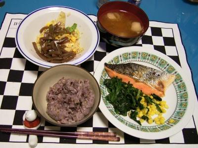 R0030062夜-鮭と冷凍ほうれん草とコーン、コンニャクサラダ、麩の味噌汁、五穀米ご飯_400.jpg