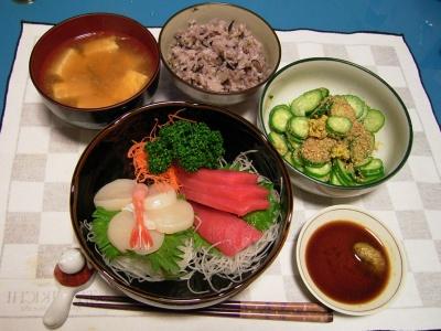 R0030076夜-生マグロ、ホタテ、甘エビの刺身、キュウリとほし菊の酢の物、豆腐の味噌汁、五穀米ご飯_400.jpg
