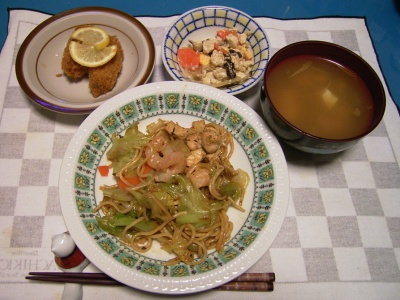 R0030084夜-海老焼きそば、牡蠣フライ、豆腐の和え物、味噌汁_400.jpg