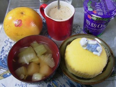 R0030103昼-蒸しパン、麩のお吸い物、グレープフルーツ、アロエとブルーベリーヨーグルト、カフェオレ_400.jpg