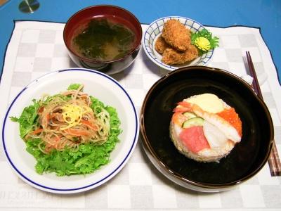 R0030116夜-雛ケーキ寿司、わさび菜の中華サラダ、牡蠣と烏賊のフライ、ワカメのおすまし_400.jpg