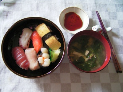 R0030146昼-にぎり寿司、ほうれん草の味噌汁_400.jpg