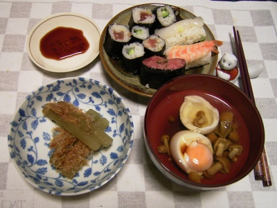 R0030149夜-ツワブキの煮浸し、お寿司、落とし卵となめこのお吸い物_400.jpg