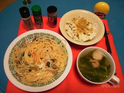 R0030245夜-シメジと卵のスパゲティ、干し菊と大根サラダ、海老と春菊と麩のトムヤムスープ_400.jpg