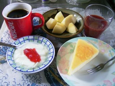 R0030248昼、チーズケーキ、ヨーグルト、野菜ジュース、リンゴ、コーヒー_400.jpg