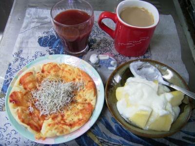R0030252昼-ジャコピザパン、リンゴヨーグルト、野菜ジュース、カフェオレ_400.jpg