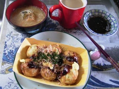 R0030258昼-冷凍たこ焼き、味噌汁、カフェオレ_400.jpg