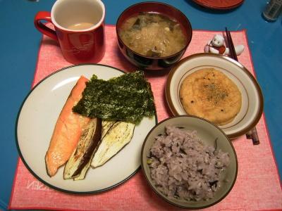 R0030260夜-鮭とナス焼き、がんも煮、野菜の味噌汁、海苔、五穀米_400.jpg