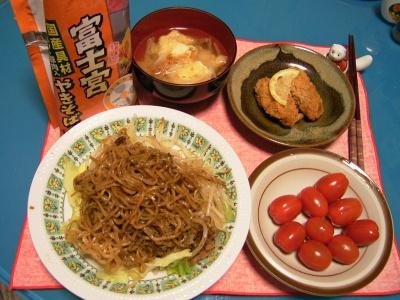 R0030297夜-富士宮焼きそば、牡蠣フライグミトマト、揚げの味噌汁_400.jpg