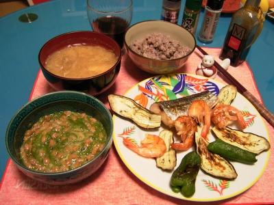 R0030306夜-トビウオと海老とピーマンとナス焼き、めかぶ納豆、もやしの味噌汁、五穀米ご飯_400.jpg