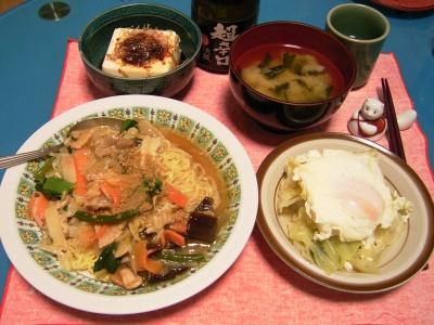 R0030434夜-海鮮焼きそば、卵とキャベツのさっと煮、若布の味噌汁、冷や奴_400.jpg