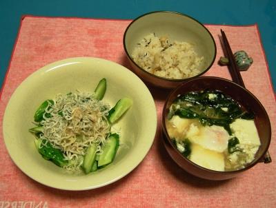 R0030848夜-かやくごはん、キュウリとジャコの和え物、落とし卵と豆腐と若布の味噌汁_400.jpg