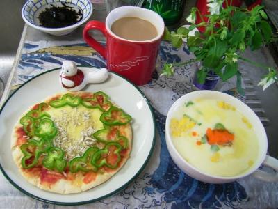 R0030934昼-ジャコピザパン、コーンスープ、カフェオレ_400.jpg