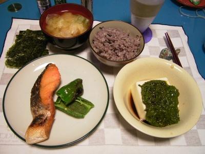 R0030936夜-焼き鮭、めかぶ奴、のり、五穀米ご飯、キャベツ味噌汁_400.jpg