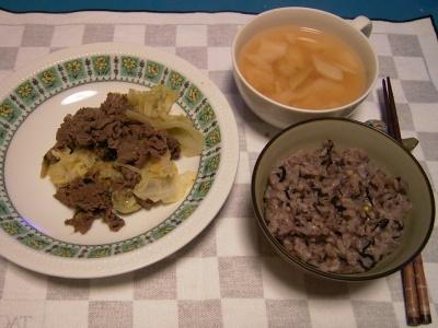 R0031048夜-ビーフと野菜炒め、トマト風味スープ、五穀米ご飯_400.jpg