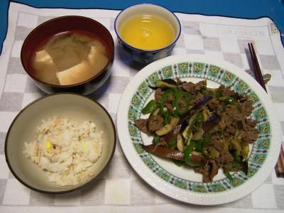 R0031525夜-牛肉とナス炒め、かやくごはん、豆腐の味噌汁_400.jpg