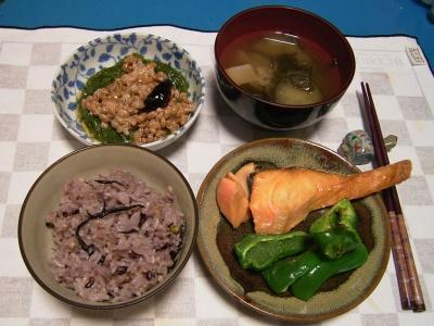 R0031538夜、鮭とピーマン焼き、めかぶ納豆、ナスの味噌汁、五穀米ご飯_400.jpg