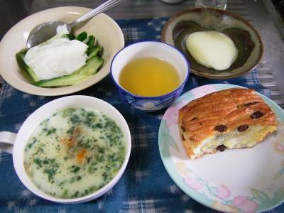 R0031546昼-カチョカバロのソテー、キュウリヨーグルト、ほうれん草のスープ、レーズンパン_400.jpg