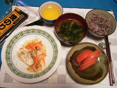 R0031568夜-チキンソテー、トマト、わかめのお味噌汁、五穀米ご飯、海苔_400.jpg