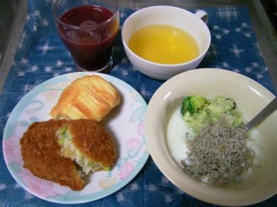 R0031601昼-枝豆コロッケ、アボカドサラダ、ジャコヨーグルト、野菜ジュース、パン_400.jpg